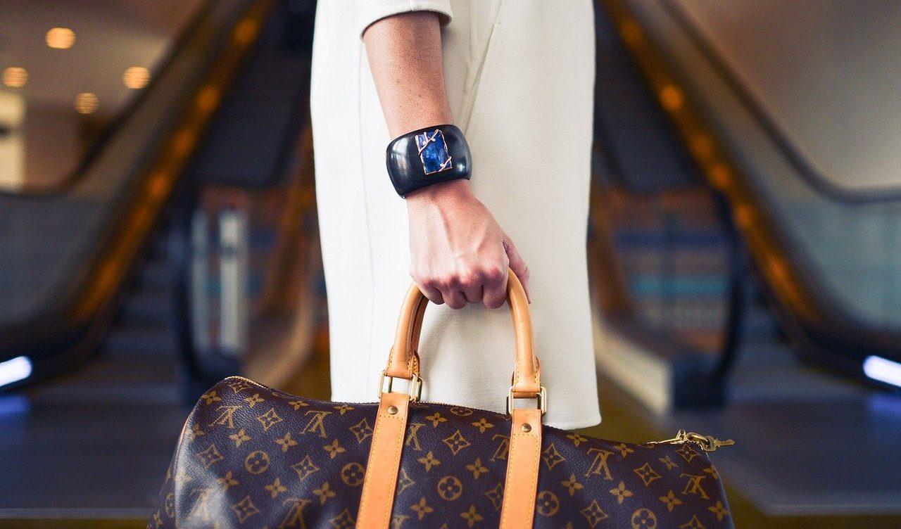 ヴィトンのバッグを持っているセレブ